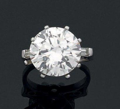 BAGUE en platine sertie d'un diamant taillé...