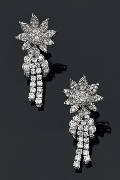 PAIRE DE PENDANTS D'OREILLES en or gris 18 K, stylisant chacun une fleur, entièrement...