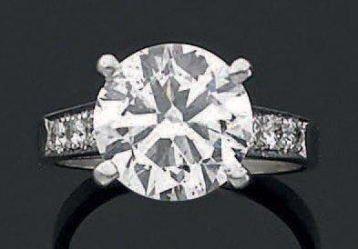 BAGUE en or gris 18 K sertie d'un diamant...