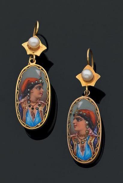 PAIRE DE PENDANTS D'OREILLES en or jaune 18 K, ornés chacun d'une perle de culture,...