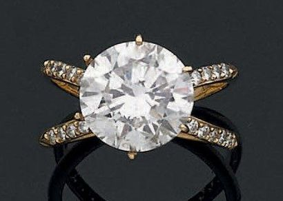 BAGUE en or jaune 18 K, sertie d'un diamant taillé en brillant de 4.25 ct sur un...