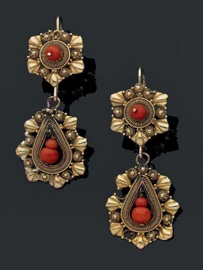 PAIRE DE PENDANTS D'OREILLES en alliage d'or 14 K ajouré, retenant des perles de...