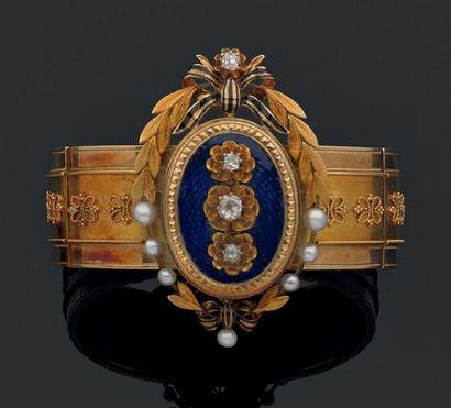 BRACELET articulé en or jaune 18 K, ciselée de noeuds. Il est centré d'un cartouche...