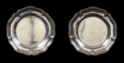 Paire de plats ronds en argent à bords filets...