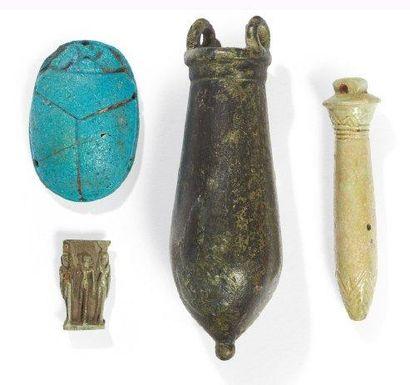 LOT composé d'une situle et de trois amulettes...