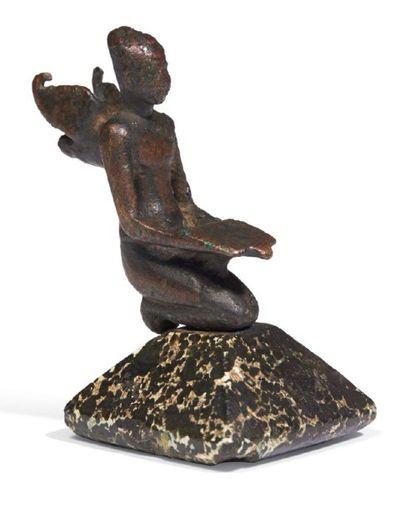 STATUETTE DE ROI AILÉ. Figurine, élément...