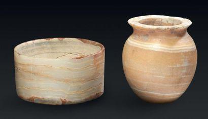 DEUX VASES. Lot composé de deux vases, l'un...
