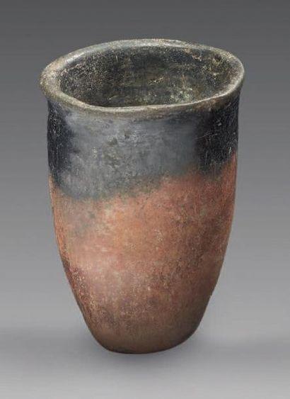 BLACK TOP. Vase dit
