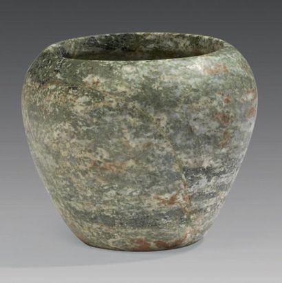 VASE THINITE. Vase à fond plat et au corps légèrement convexe, s'évasant au tiers...