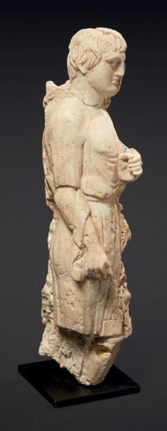 HAUT-RELIEF AU JEUNE HOMME. Haut-relief sculpté...