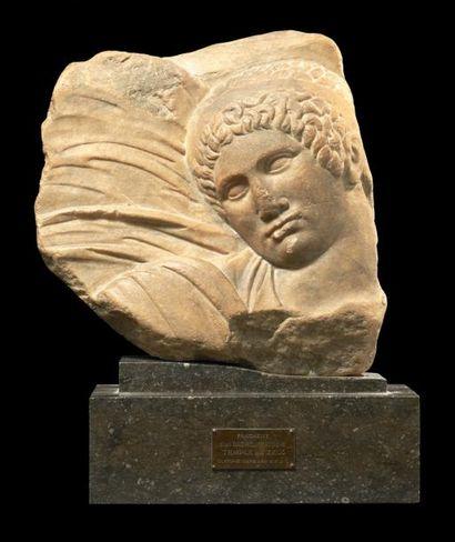 RELIEF sculpté du visage d'un homme de face,...