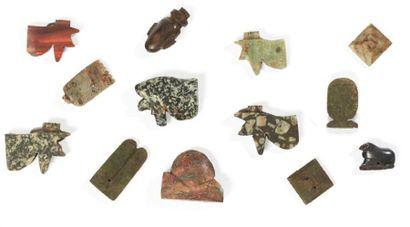 TREIZE AMULETTES. Lot composé de treize amulettes représentant cinq yeux oudjat,...