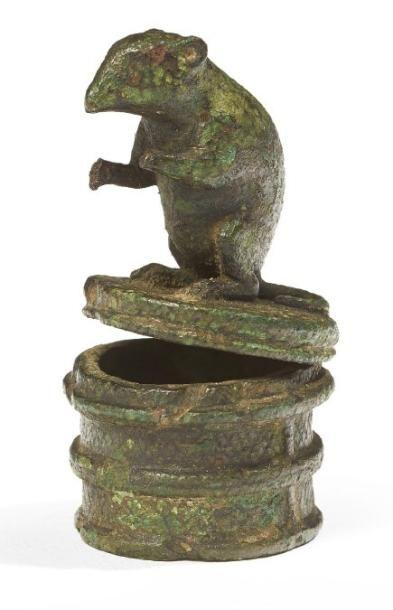 FIGURINE DE SOURIS. Statuette représentant...