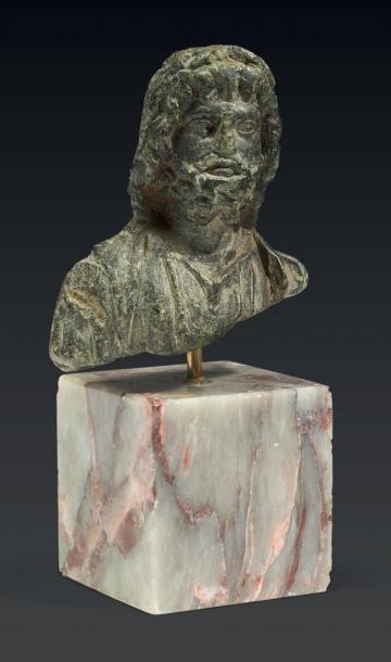 BUSTE DE SÉRAPIS. Fragment de statuette représentant...