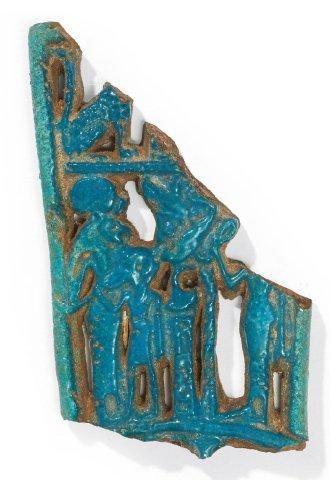 CONTREPOIDS DE COLLIER MÉNAT. Amulette fragmentaire...
