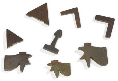 HUIT AMULETTES. Lot composé de huit amulettes...