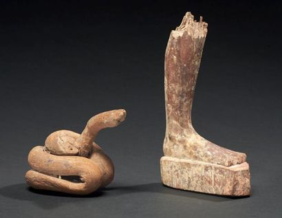 LOT composé d'un pied droit de statuette masculine, et d'une figurine de serpent...