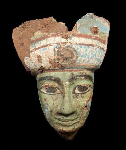 MASQUE DE SARCOPHAGE. Masque de sarcophage représentant un homme à la carnation...