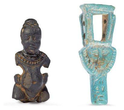LOT composé de deux amulettes représentant...