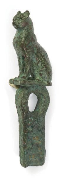 FIGURINE DE CHATTE BASTET. Figurine représentant la déesse chatte Bastet assise...