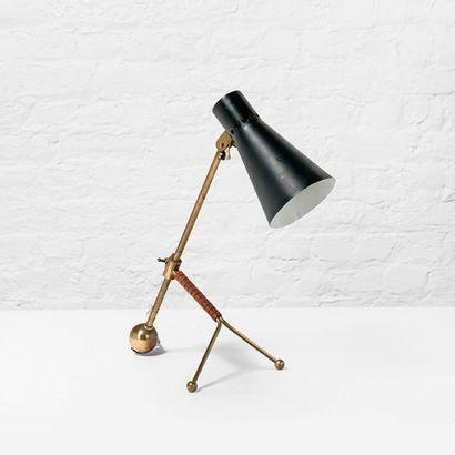 TAPIO WIRKKALA (1915-1985) Finlande Lampe de table modèle «K11-16» Laiton, métal...