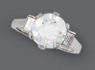 BAGUE en or gris, ornée d'un diamant demi-taille...