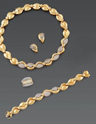 PARURE en or jaune comprenant: un collier...