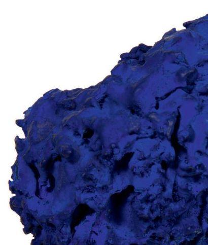 Yves KLEIN (1928-1962) Eponge bleue SE 277, 1961 Eponge et pigment IKB. H_4,5 cm...
