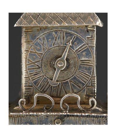 RARE TOUR D'ÉPICES EN ARGENT Probablement Bohème, vers 1770 Richement décorée, comportant...