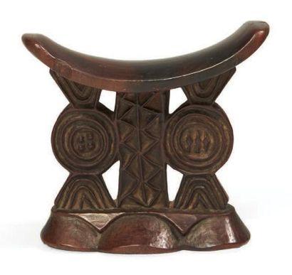 APPUI NUQUE en bois sculpté de motifs géométriques....