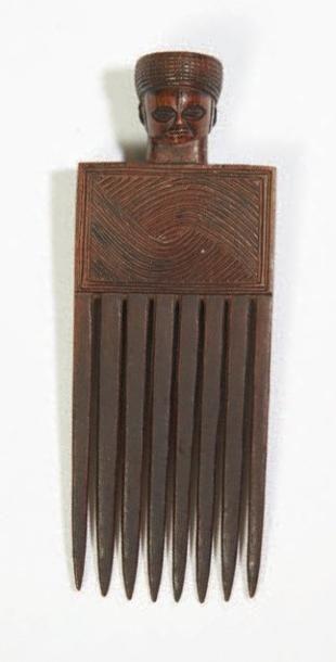 PEIGNE en bois gravé de motifs géométriques...