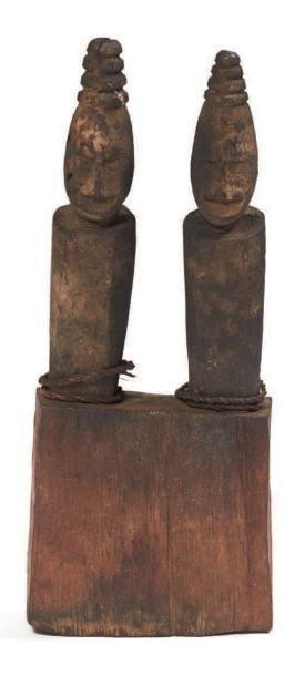 RARE PETIT AUTEL en bois figurant deux représentations...