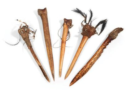 LOT composé de quatre dagues en os de casoar...