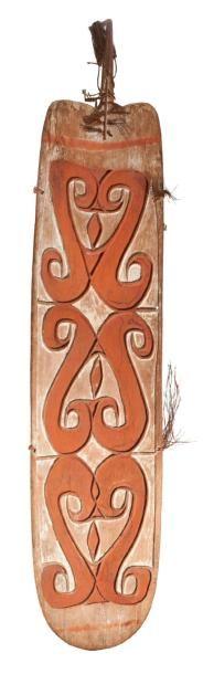 BOUCLIER de parade en bois sculpté de motifs...