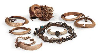 LOT composé d'ornements et bijoux provenant...