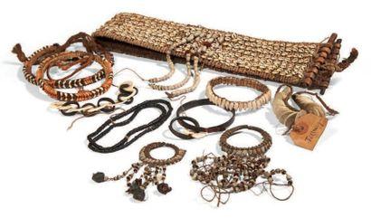 LOT composé de bijoux et d'ornements variés...
