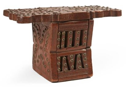 ANCIEN TABOURET en bois sculpté et ajouré...