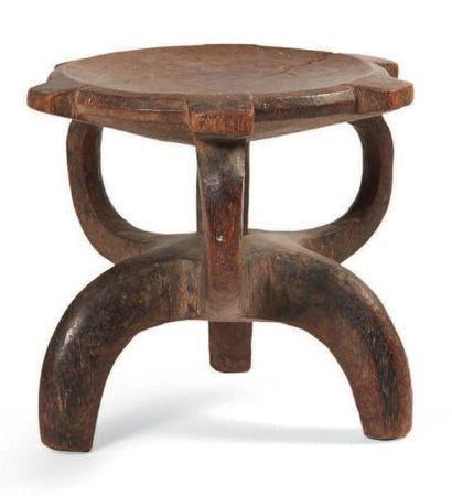 TABOURET en bois monoxyle de forme abstraite....