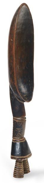 CUILLÈRE cérémonielle en bois sculptée de...