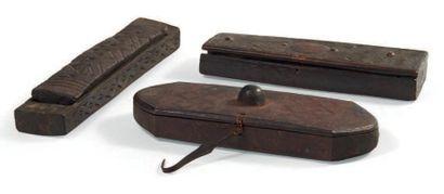 LOT composé de trois boites à fard en bois...
