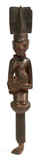 SCEPTRE en bois sculpté d'une belle figuration...