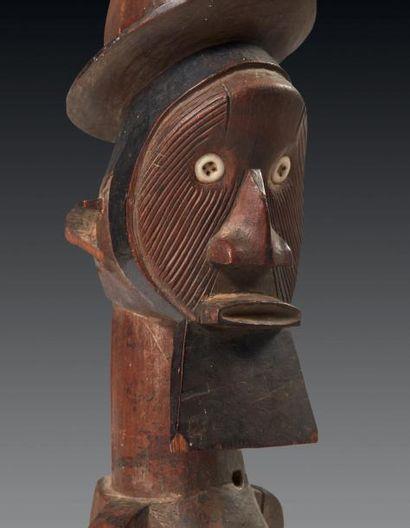 IMPORTANT FÉTICHE en bois sculpté d'une imposante figure d'ancêtre représentée légèrement...