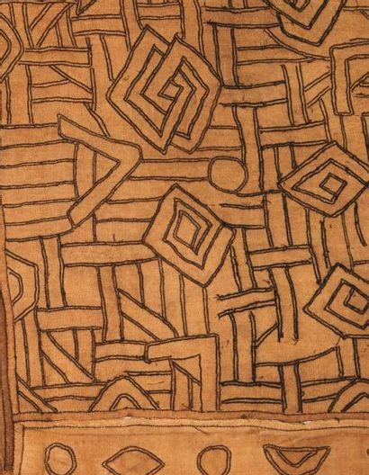NTCHAK KUBA ZAÏRE. RDC. Grand tissu ocre jaune à motifs géométriques. H_398 cm L_84...