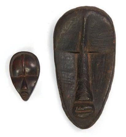 LOT composé d'un masque miniature dit «passeport»...
