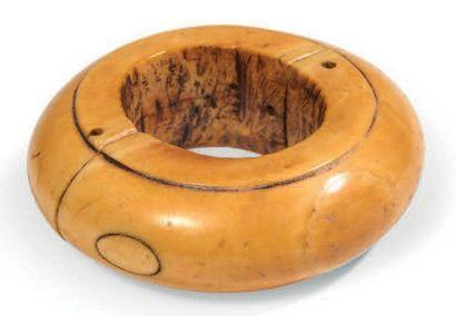 RARE BRACELET en ivoire de Dugong constitué...