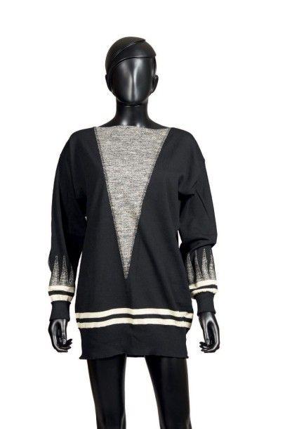 JEAN PATOU, circa 1925/26 SWEATER en jersey* de laine noir orné de rayures ivoire...