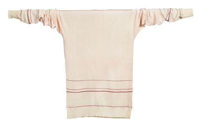 JEAN PATOU, circa 1925/26 SWEATER en jersey* de soie rose dragée, lie de vin et ivoire,...