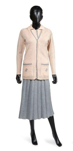 Jean PATOU, circa 1930 TENUE DE GOLF en tricot de laine rose dragée et gris perle,...