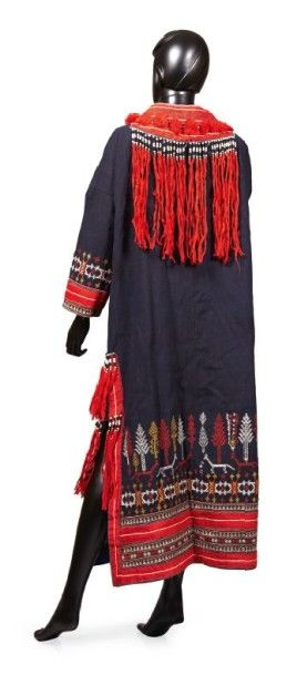 ANONYME, circa 1914/18 MANTEAU folklorique en toile de laine marine à décor tissé...