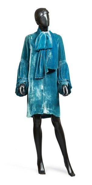 JEAN PATOU, circa 1928/30 MANTEAU DU SOIR en panne de velours de soie bleu canard,...